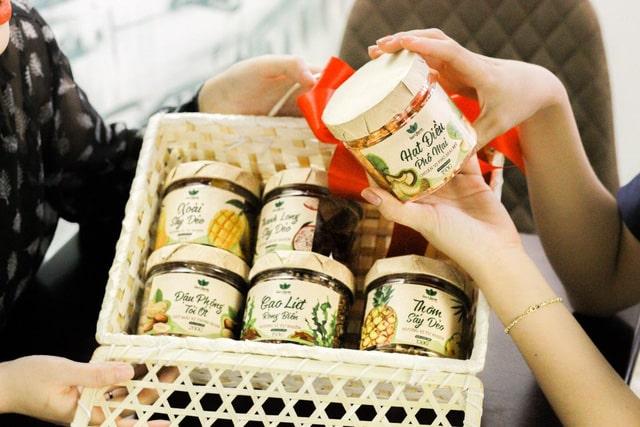 """Giỏ quà """"healthy"""" với các sản phẩm mứt, hạt khô, trái cây sấy - Ảnh: Q.Thắng"""