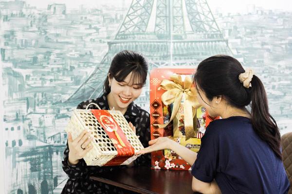 Giỏ quà Tết Tân Sửu 2021 với thiết kế có thể thay đổi cho phép in logo, hình ảnh thương hiệu của doanh nghiệp lên giỏ quà - Ảnh: Minh Trung